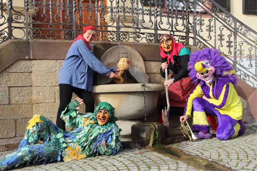 'Bild des Monats Februar - Narrengruppe vor dem Brunnen im Schlosshof - fotografiert von Erik Döring