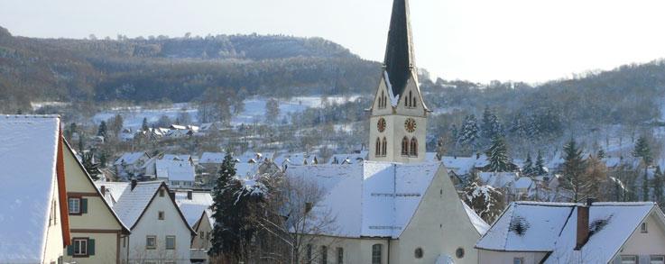 Ebringer Kirche mit Umgebung im Schnee