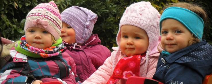Kleinkinder in Krippenwagen