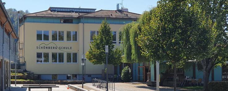 Schönbergschule Ebringen - Pausenhof mit Haupteingang