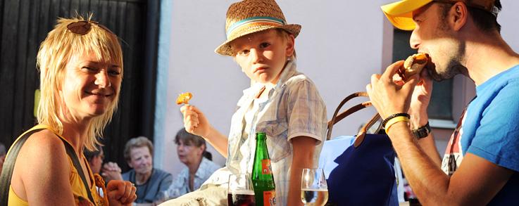 Junge Familie beim Essen auf dem Ebringer Weinfest